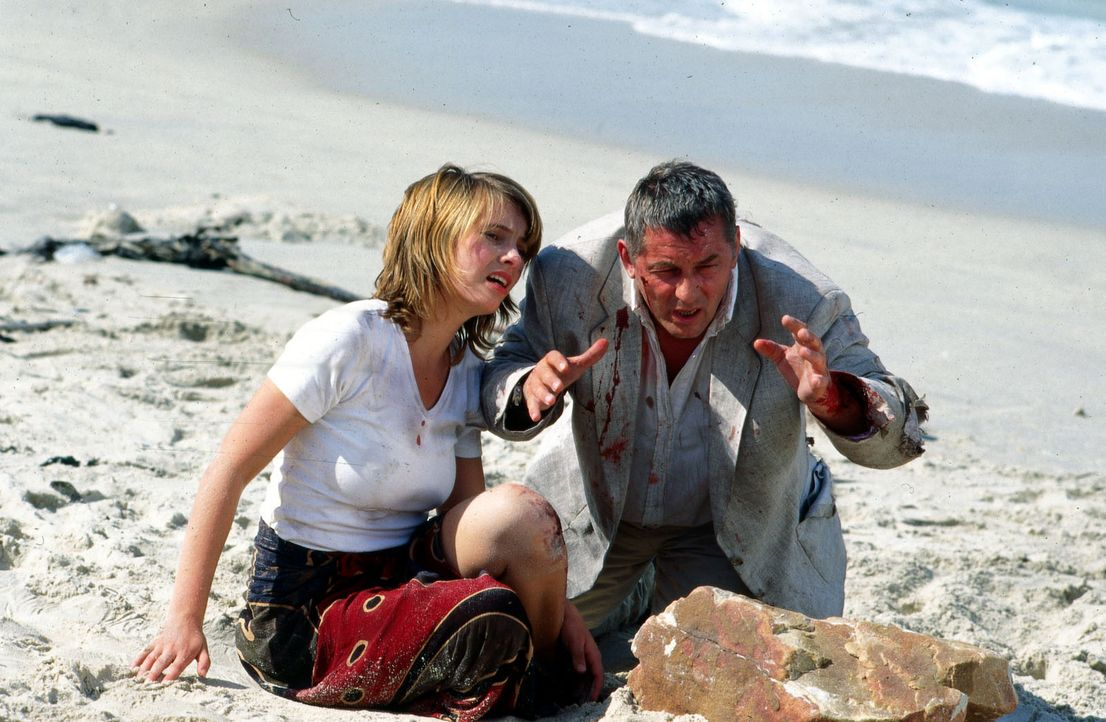 Stan (Heinz Hoenig, r.) gelingt es, Laura Basenius (Nadja Uhl, l.) zu befreien ... - Bildquelle: Axel Fremmer Sat.1
