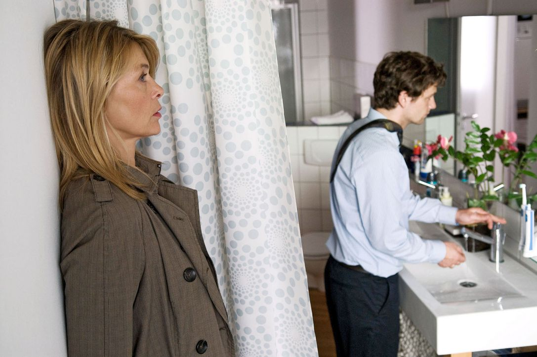 Christiane (Barbara Rudnik, l.) hat sich in Gretas und Davids (Florian Stetter, r.) Wohnung eingeschlichen, um Beweise für ihren Verdacht gegen ihre... - Bildquelle: Willi Weber Sat.1