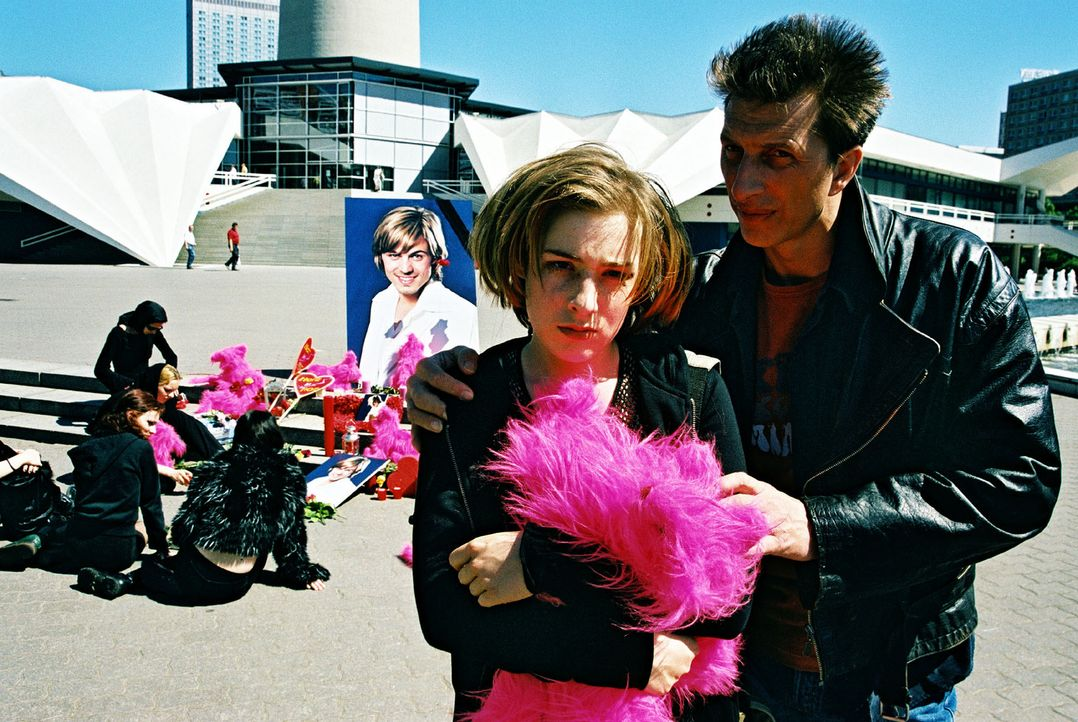 Ringo Rolles (Rufus Beck, r.) Tochter Anna (Lina Schuller, l.) ist eine glühende Verehrerin des toten Schlagersängers Ray Love. Anstatt in die Schul... - Bildquelle: Hardy Spitz Sat.1