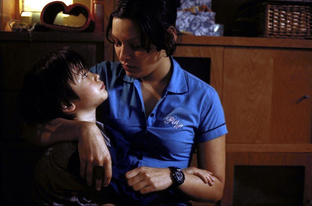Maja (Yangzom Brauen, r.) liebt ihren Sohn Paul (Nikita Wokurka, l.) über alles. Trotzdem verschweigt sie ihrem neuen Freund seine Existenz ... - Bildquelle: Kerstin Stelter ProSieben