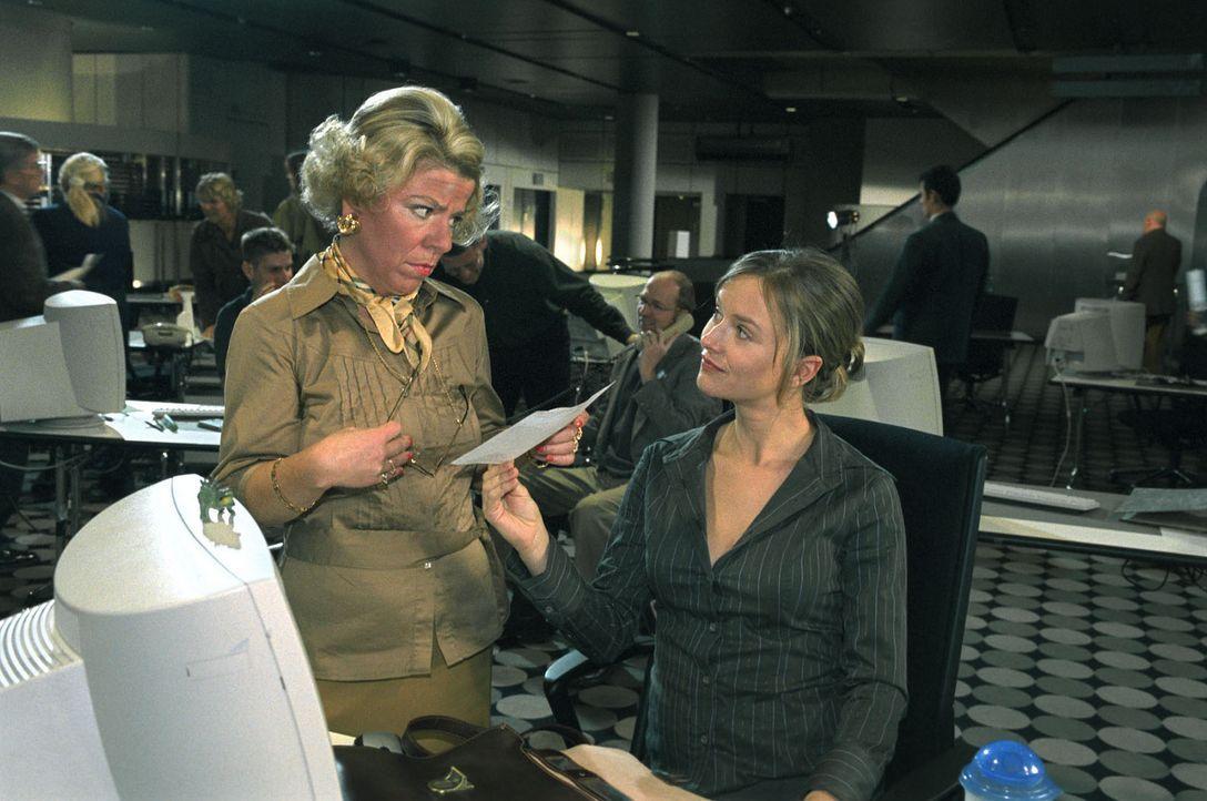 WG-Freundin Babette hat Nina (Stefanie Stappenbeck, r.) ein falsches Schwangerschaftszeugnis besorgt. Frau Schulte-Westenberg (Karla Trippel, l.) ni... - Bildquelle: Katrin Knoke Sat.1