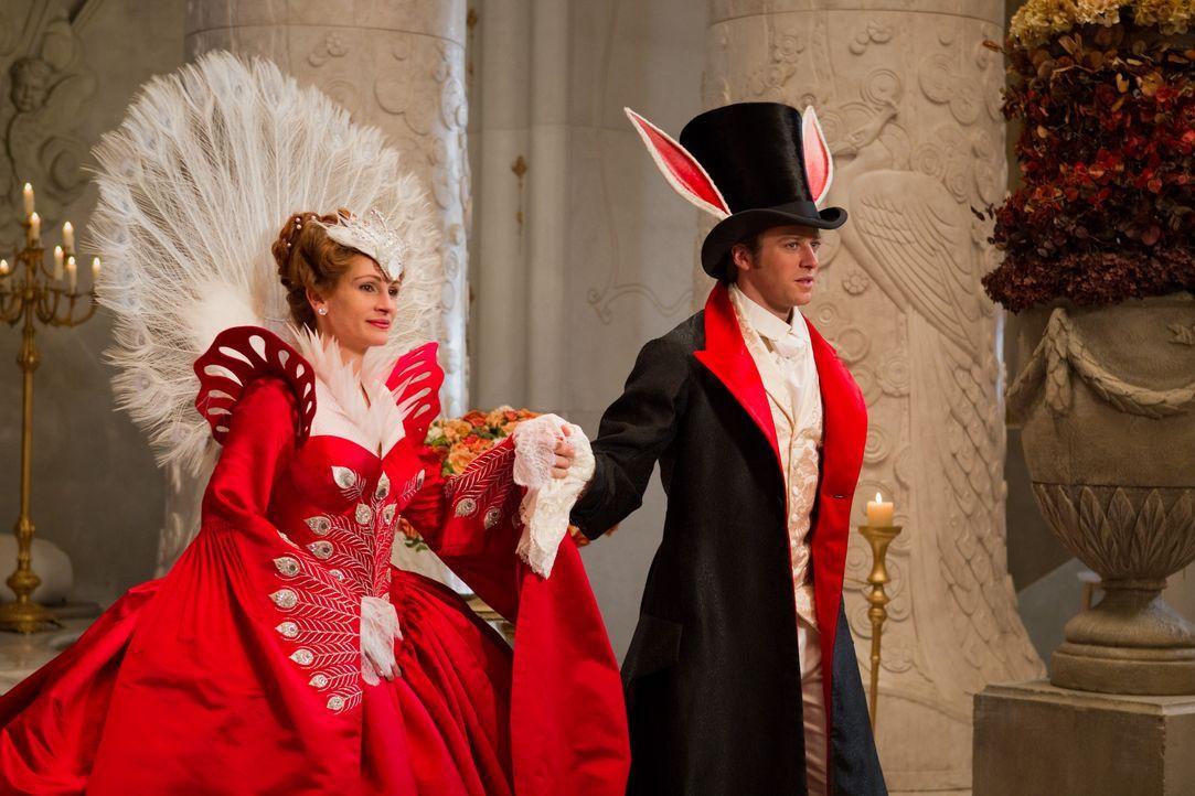 Die Königin (Julia Roberts, l.) becirct Prinz Andrew (Armie Hammer, r.) auf dem Maskenball. Doch dieser hat nur Augen für Schneewittchen ... - Bildquelle: Jan Thijs STUDIOCANAL / Jan Thijs