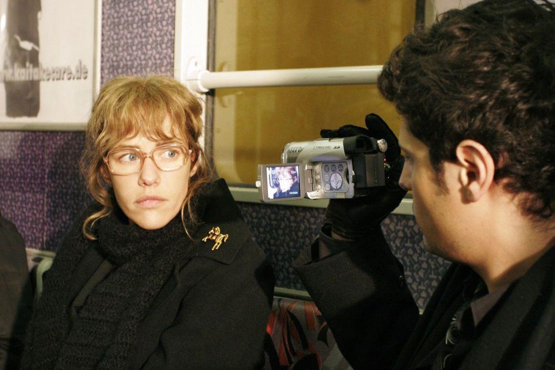 Auf Rokkos (Manuel Cortez, r.) Rat lässt sich Lisa (Alexandra Neldel, l.) von ihm filmen, damit sie bei künftigen Interviews sicherer im Umgang mit... - Bildquelle: Noreen Flynn Sat.1