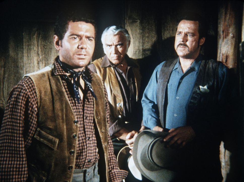 Ben Cartwright (Lorne Greene, M.) und Sheriff Clem Foster (Bing Russell, r.) versuchen, Eli Johnson (Dan Ferrone, l.) zu helfen, sein entführtes Bab... - Bildquelle: Paramount Pictures