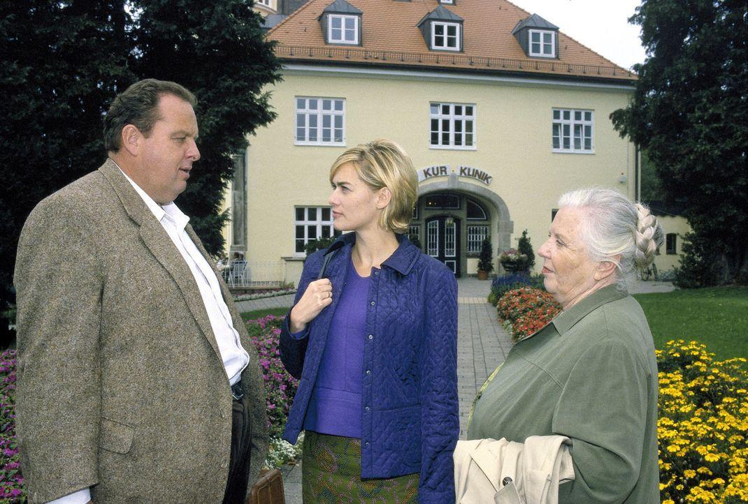 Die Spur führt zur Kurklinik: Benno (Ottfried Fischer, l.) und Resi (Ruth Drexel, r.) befragen Susanne Gerstl (Gesine Cukrowski, M.). - Bildquelle: Magdalena Mate Sat.1