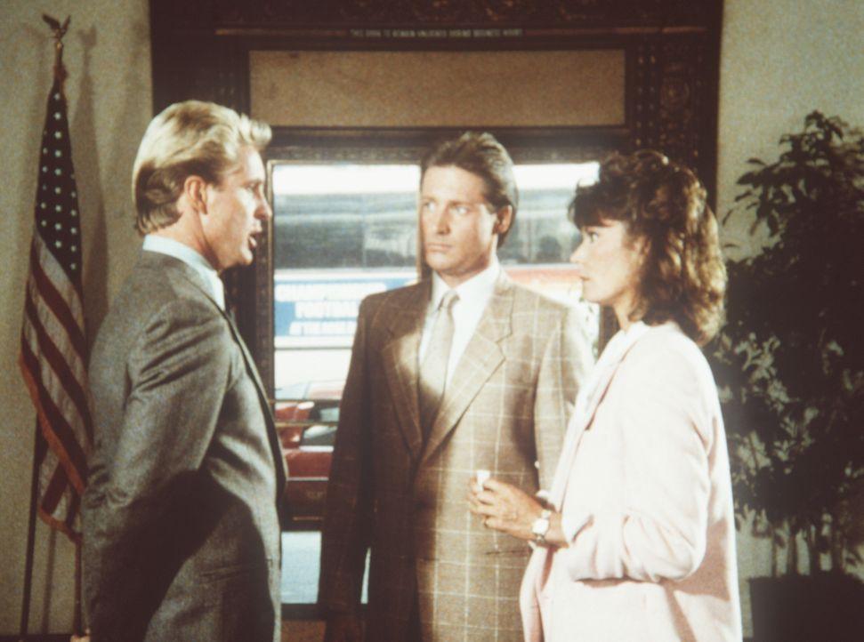 Lee (Bruce Boxleitner, M.) und Amanda (Kate Jackson, r.) sind sich ziemlich sicher, dass Bankdirektor Zorbel (John Calvin, l.) irgendwie in die Mord...