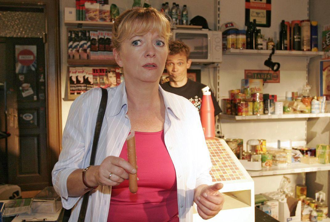 Bei Jürgen (Oliver Bokern, r.) im Laden fällt Helga (Ulrike Mai, l.) plötzlich ein, dass sie ihren Hochzeitstag vergessen hat. - Bildquelle: Noreen Flynn Sat.1