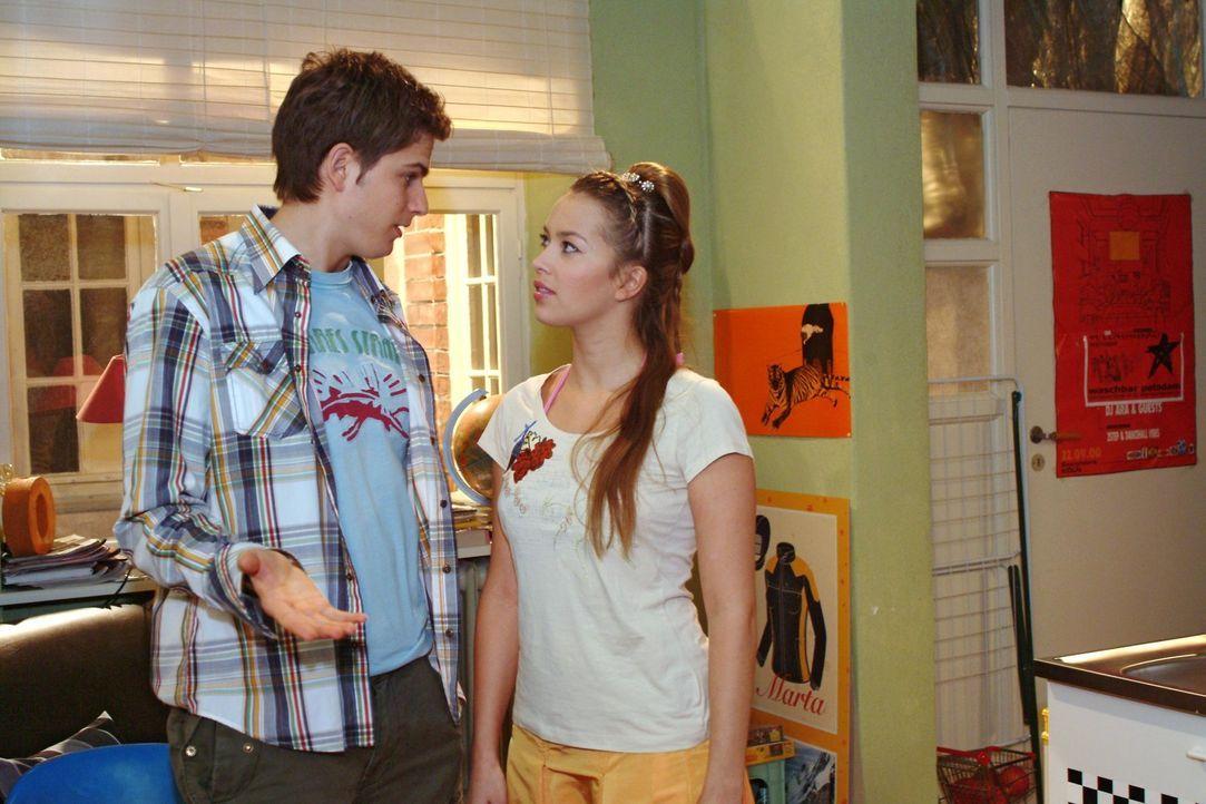 Timo (Matthias Dietrich, l.) gibt vor, Hannah (Laura Osswald, r.) bei der Suche nach einem Nachmieter für Yvonne unterstützen zu wollen - lässt aber... - Bildquelle: Monika Schürle Sat.1
