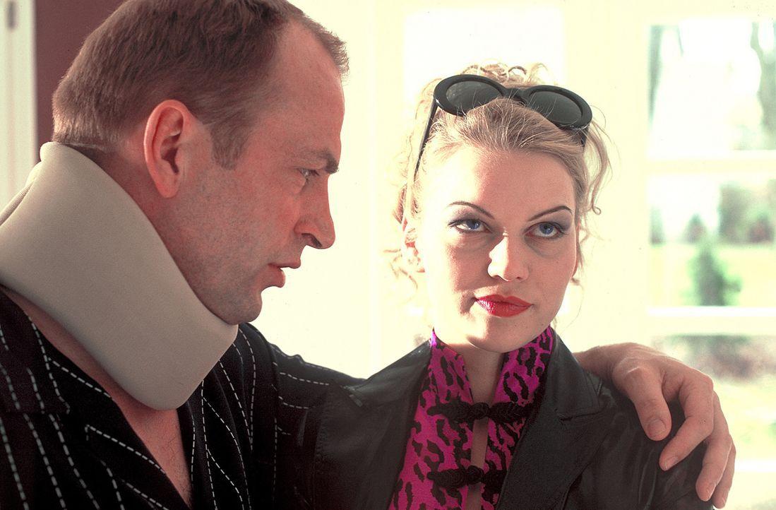 Für Ginas (Anna Loos, r.) Ego brechen harte Zeiten an, als sich ihr Produzent Markus Fischer (Herbert Knaup, l.) in Louisa verliebt ... - Bildquelle: Rolf von der Heydt ProSieben