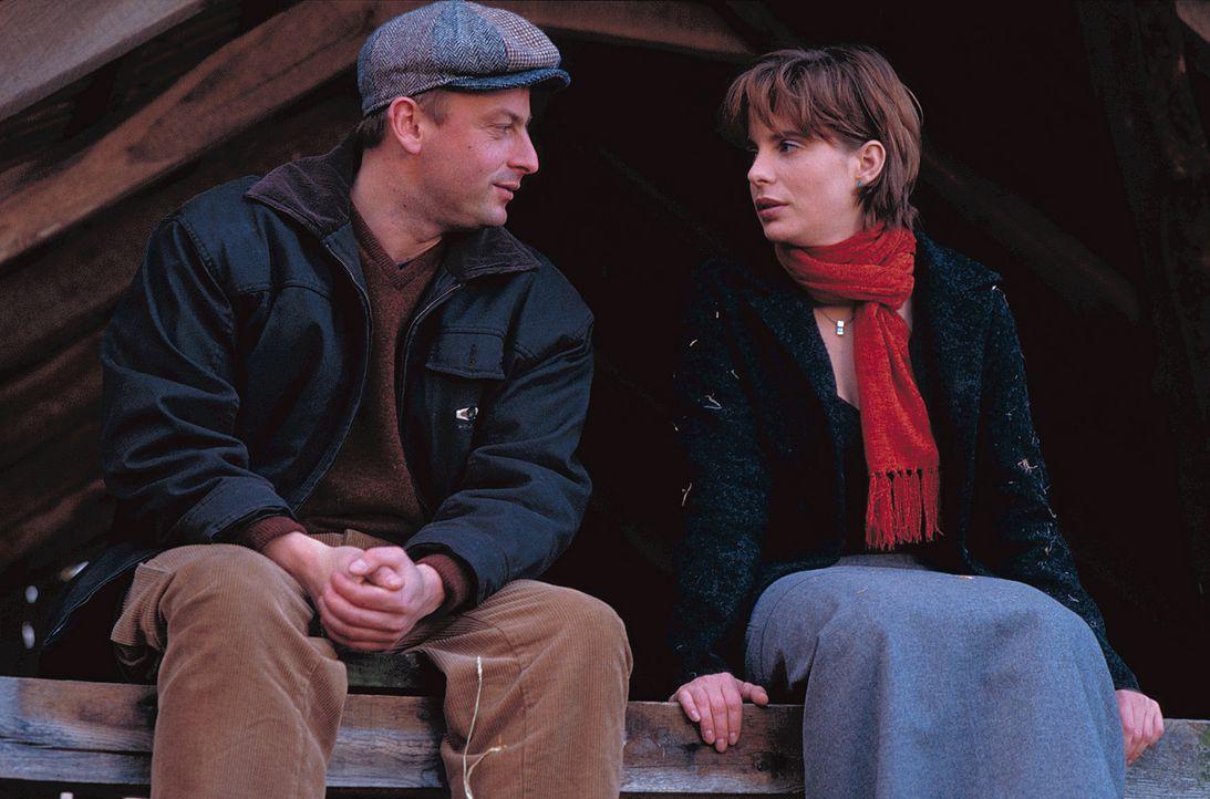 Hilfreich steht Arno (Eckhard Preuß, l.) Valerie (Julia Jäger, r.) bei der Suche nach einem heiratswilligen Mann zur Seite. Obwohl er den einzig Ric... - Bildquelle: ProSieben