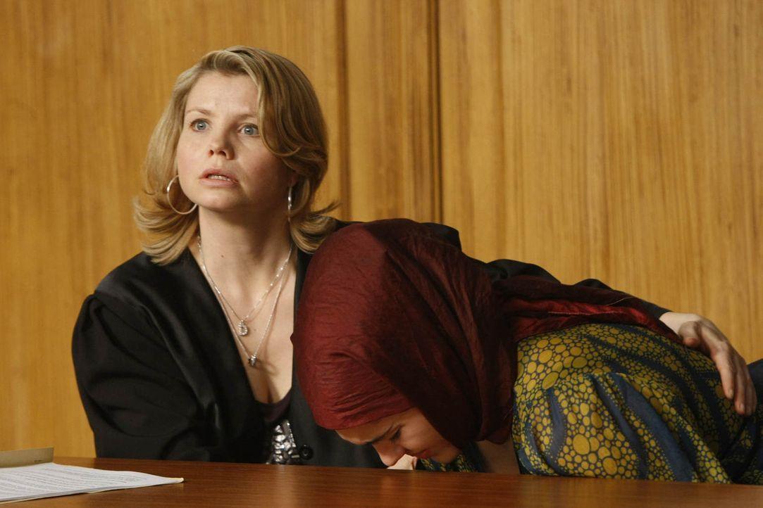 Als gute Anwältin versucht Danni (Annette Frier, l.) alles, um Zeynep (Nilam Farooq, r.) vor einer Zwangsheirat zu bewahren. Was allerdings nicht se... - Bildquelle: Frank Dicks SAT.1
