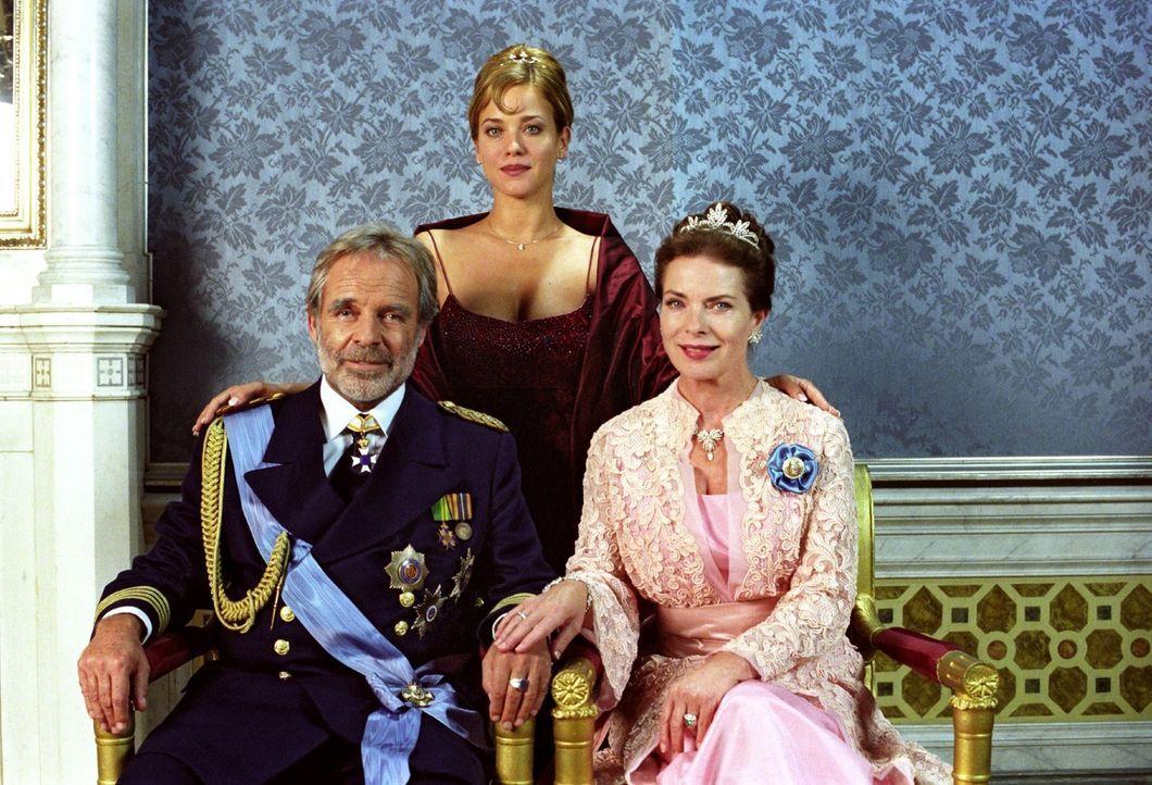 Kronprinzessin Isabella von Luxenstein (Muriel Baumeister, M.) mit ihren Eltern, der Königin (Gudrun Landgrebe, r.) und dem König (Thomas Fritsch, l... - Bildquelle: Noreen Flynn Sat.1