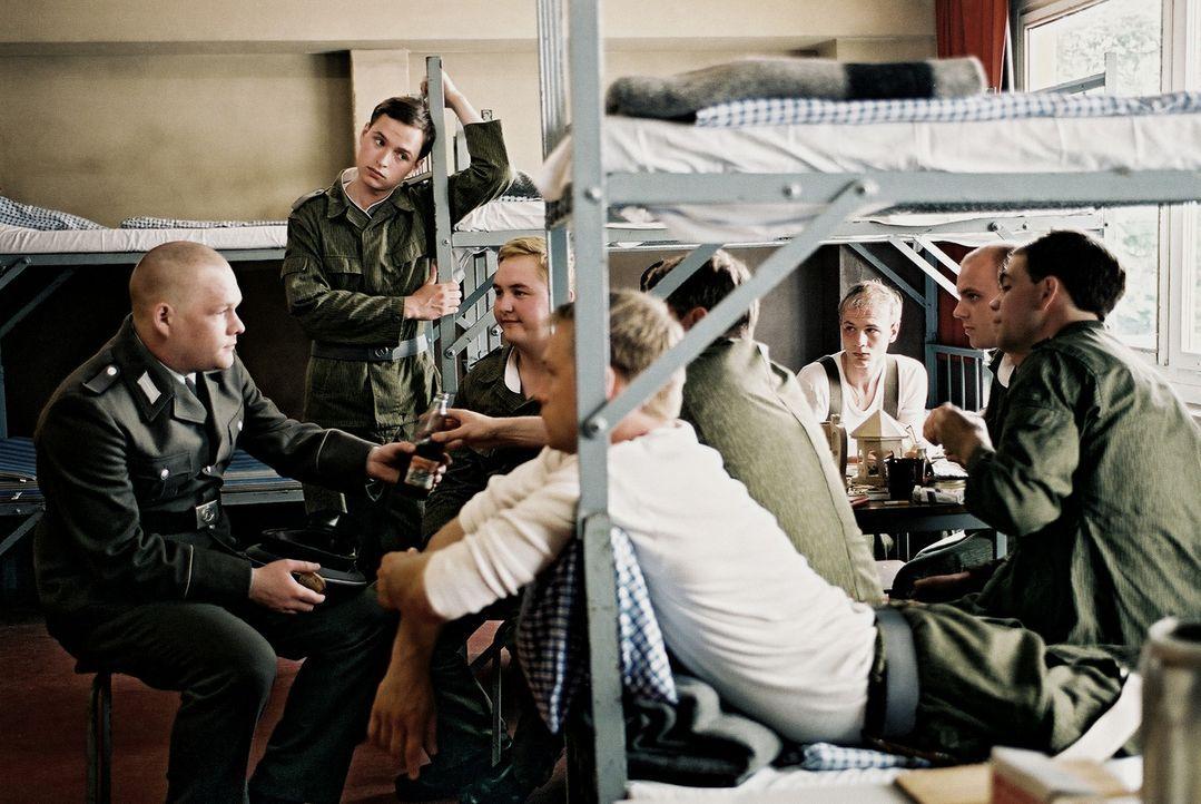 Neben all den Schikanen, Übungen, Befehlen und Appellen finden die jungen Soldaten (Oliver Bröcker, l. und Kim Frank, 2.v.l.) aber immer Zeit für kl... - Bildquelle: Delphi