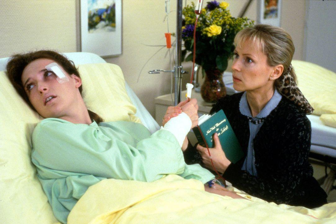 Barbara Schwarz (Deborah Kaufmann, l.) wird mit schweren Verletzungen in die Klinik eingeliefert. Da sie einen hohen Blutverlust hat, benötigt sie... - Bildquelle: Noreen Flynn Sat.1
