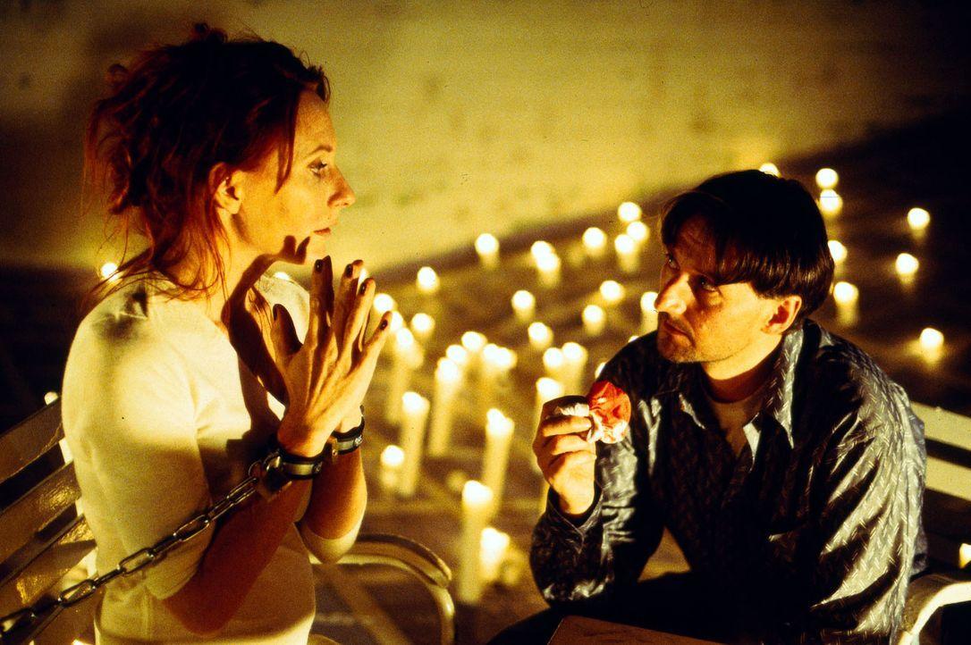 """Roth (Nicolaus Kinsky, r.) lässt sich von der Hellseherin Bernadette Weiss (Andrea Sawatzki, l.) das Geldversteck """"ersehen"""" ... - Bildquelle: Dobrivoie Kerpenisan Sat.1"""