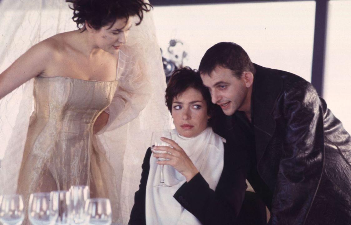 Angelas (Aglaia Szyszkowitz, M.) Engagement in Sachen Liebe ist gefordert. Ansonsten wollen Katja (Barbara Auer, l.) und Eric (Dominique Horwitz, r.... - Bildquelle: Gordon Mühle
