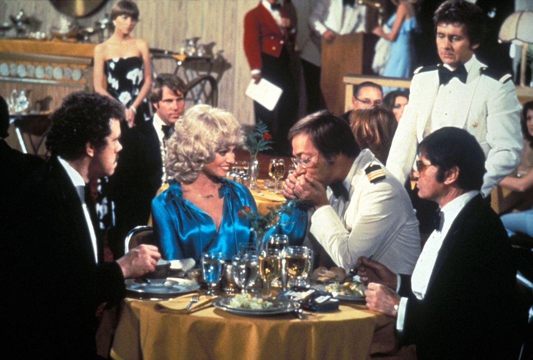 (1. Staffel) - Die Gäste sollen sich auf der Pacific Princess so wohl wie nur möglich fühlen. Doktor Adam Bricker (Bernie Kopell, 3.v.r.) und Stewar... - Bildquelle: CBS Studios Inc. All Rights Reserved.