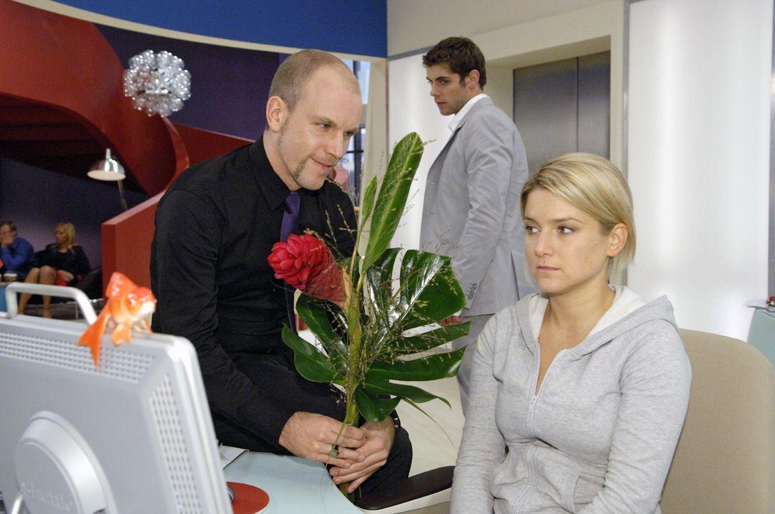 """Gerrit kommt bester Laune zu Anna an den Schreibtisch. Er weiß bereits über die desaströsen Verkaufszahlen von """"Crash"""" Bescheid. v.l.n.r.: Gerrit (L... - Bildquelle: Claudius Pflug Sat.1"""