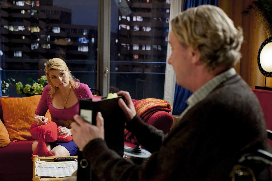Danni (Annette Frier, l.) kann es nicht fassen: Kurt (Axel Siefer, r.) hat einen Job als Hausmeister bekommen und bezieht die dazugehörige Dienstwoh... - Bildquelle: Frank Dicks SAT.1