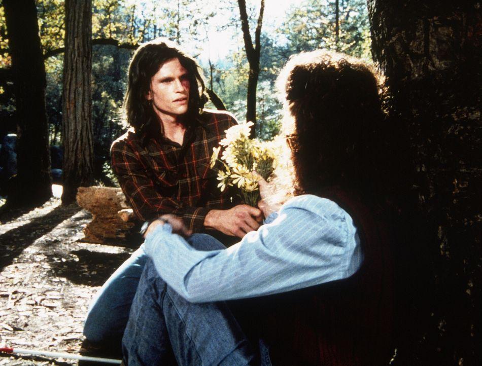 Julian (Jeff Kober, l.) besucht Rachel (Annabelle Price, r.) an ihrem Lieblingsplatz im Wald, nahe seiner Höhle. - Bildquelle: Worldvision Enterprises, Inc.