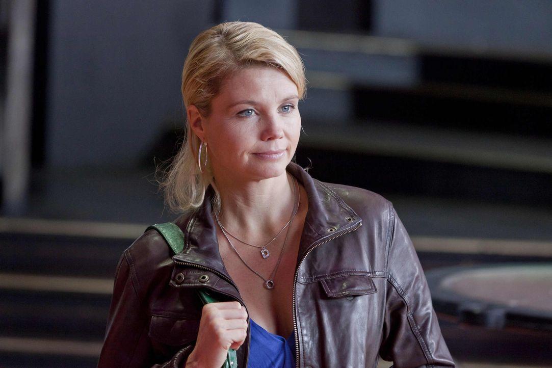 Um einen neuen Fall zu gewinnen, gibt Danni (Annette Frier) alles ... - Bildquelle: Frank Dicks SAT.1