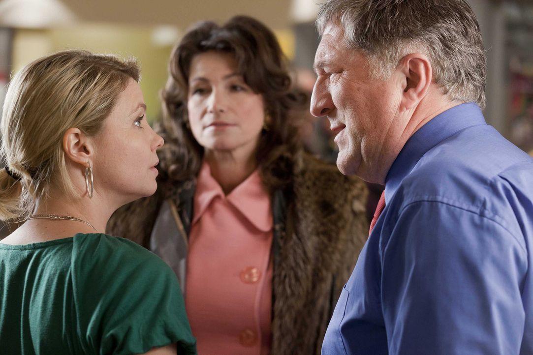 Danni (Annette Frier, l.) hat einen neuen Fall und dabei versucht sie Beweise zu finden die belegen, dass Oberbürgermeister Schade (Veit Stübner, r.... - Bildquelle: Frank Dicks SAT.1