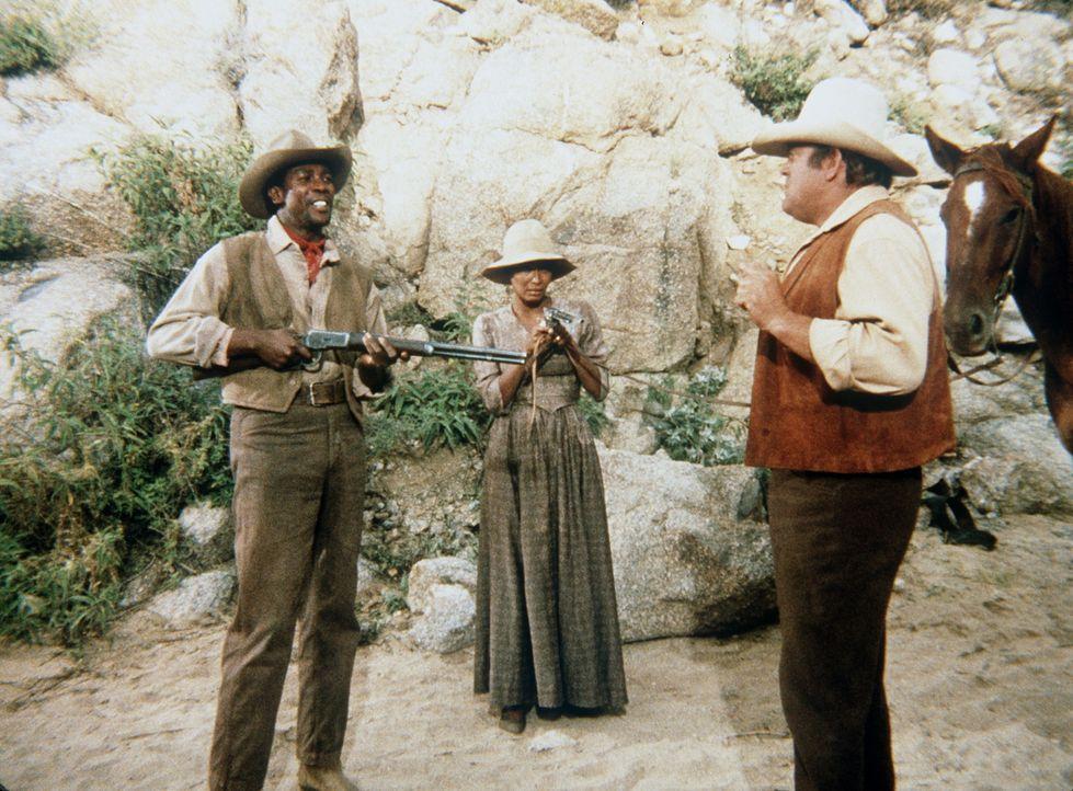 Da Buck Walters (Louis Gossett Jr., l.) und seine Frau Lisa (Marlene Clark, M.) ihn für einen der Männer des Sheriffs halten, nehmen sie Hoss Cartwr... - Bildquelle: Paramount Pictures