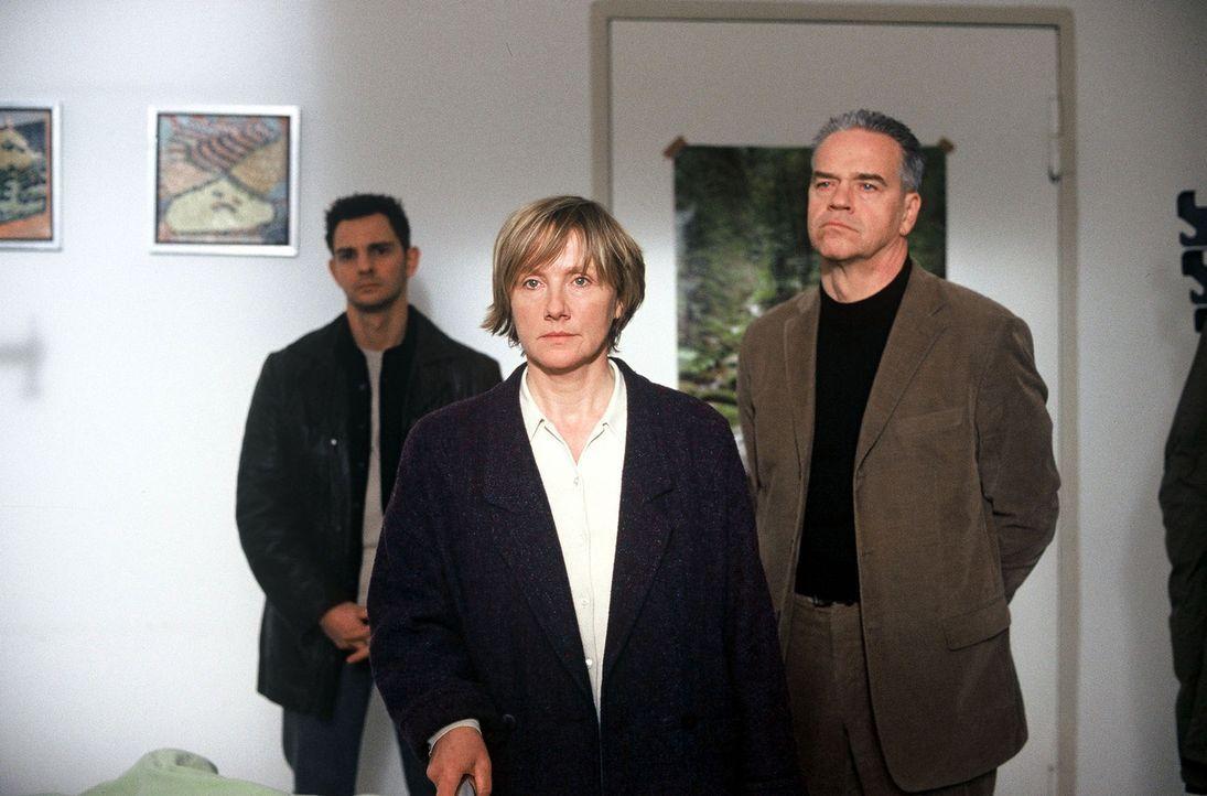 Kommissar Wolff (Jürgen Heinrich, r.) und Tom (Steven Merting, l.) suchen nach einem Motiv für den Mord an Kristina Paluczek. Frau McGregor (Ruth Re... - Bildquelle: Leslie Haslam Sat.1