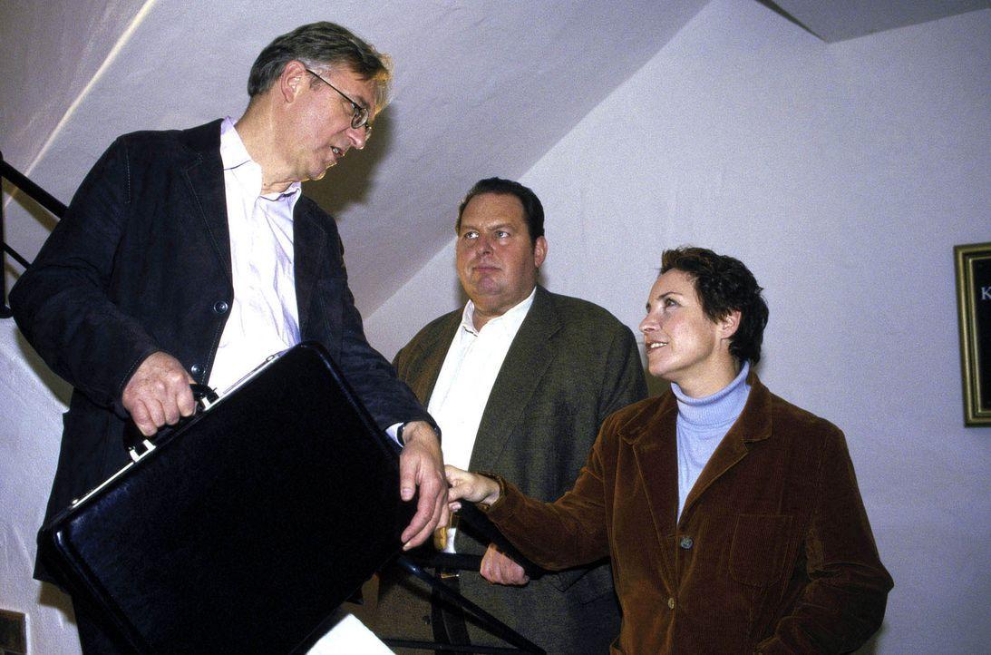 Rambold (Gerd Anthoff, l.) erklärt Benno (Ottfried Fischer, M.) und Sabrina (Katerina Jacob, r.), dass man nicht immer nur gewinnen kann ... - Bildquelle: Magdalena Mate Sat.1