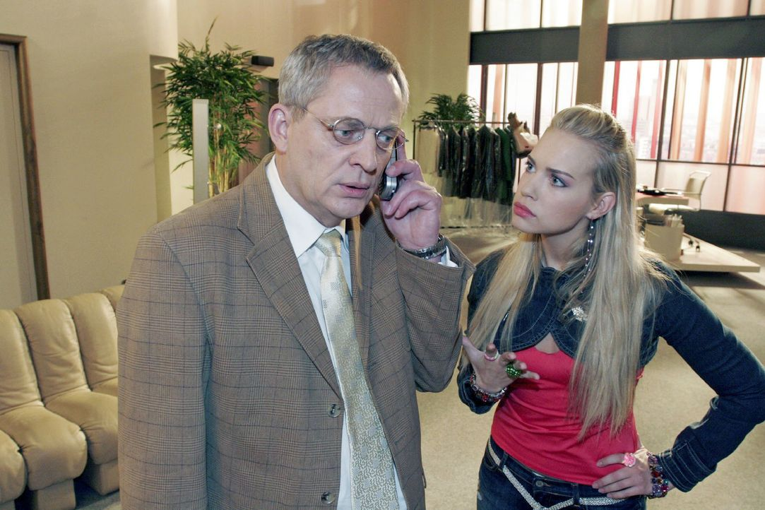 Kim (Lara-Isabelle Rentinck, r.) versucht vergeblich mit ihrem Vater Friedrich (Wilhelm Manske, l.) zu reden. Friedrich hat keine Zeit für sie... - Bildquelle: Noreen Flynn Sat.1