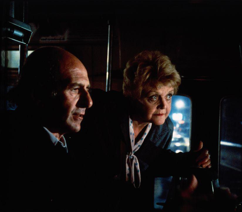 Lieutenant Varick (Herb Edelman, l.) und Jessica (Angela Lansbury, r.) machen eine interessante Entdeckung ... - Bildquelle: Universal Pictures