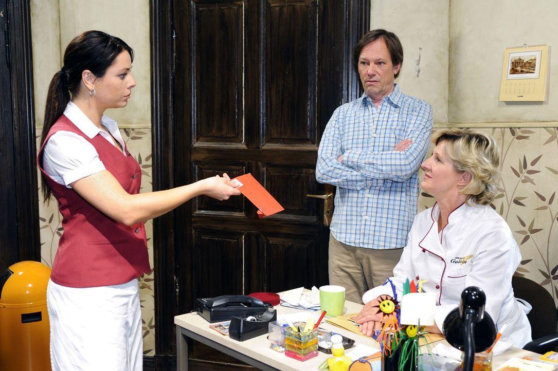 Paloma (Maja Maneiro, l.) entdeckt, dass Armin (Rainer Will, M.) und Susanne (Heike Jonca, r.) sie verkuppeln wollen. Sie  ist nicht gerade begeiste... - Bildquelle: Oliver Ziebe Sat.1