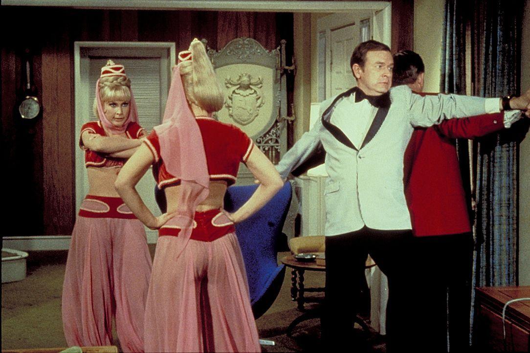 Jeannies böse Schwester (Barbara Eden, l.) will Tony für sich gewinnen. Roger (Bill Daily, 2.v.r.) versucht alles, damit Dr. Bellows (Hayden Rorke,... - Bildquelle: Columbia Pictures