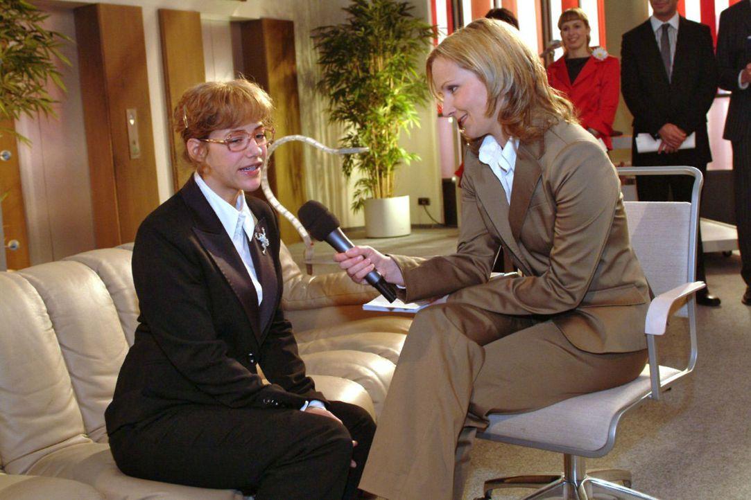 Lisa (Alexandra Neldel, l.) versucht beim TV-Interview gegenüber der Journalistin Karen Stemmler (Cathlen Gawlich, r.) souverän zu wirken. (Dieses F... - Bildquelle: Noreen Flynn Sat.1