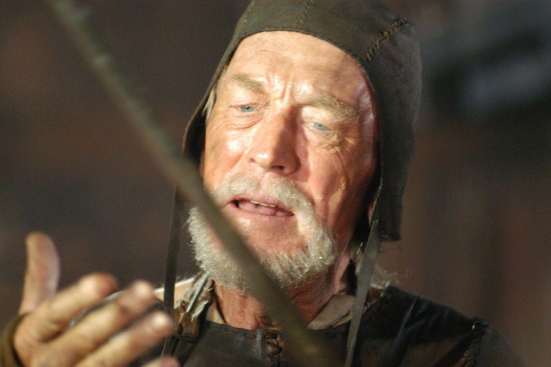 Der Waffenschmied Eyvind (Max von Sydow) prüft das Schwert, das sein Ziehsohn Siegfried aus dem Metall des eingeschlagenen Meteors geschmiedet hat. - Bildquelle: Sat.1/© 2004 Tandem Communications/VIP Medienfonds 2&3 TANDEM PRODUCTIONS
