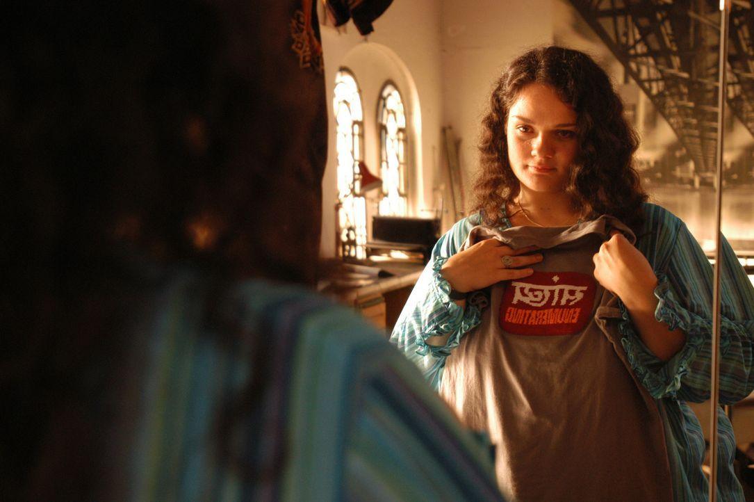 Endlich entschließt sich Alma (Katrin Filzen), sich voll und ganz auf den gut aussehenden Stefan einzulassen. Schick gekleidet und mit Kondomen bewa... - Bildquelle: Willi Weber ProSieben