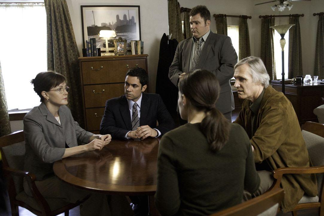 Ein Fall der neu aufgerollt wird bereitet nicht nur den Ermittlern Kopfzerbrechen. (v.l.n.r.) Dean Vivan Hudson (Lilly Birdsell), Scott (Danny Pino)... - Bildquelle: Warner Bros. Television