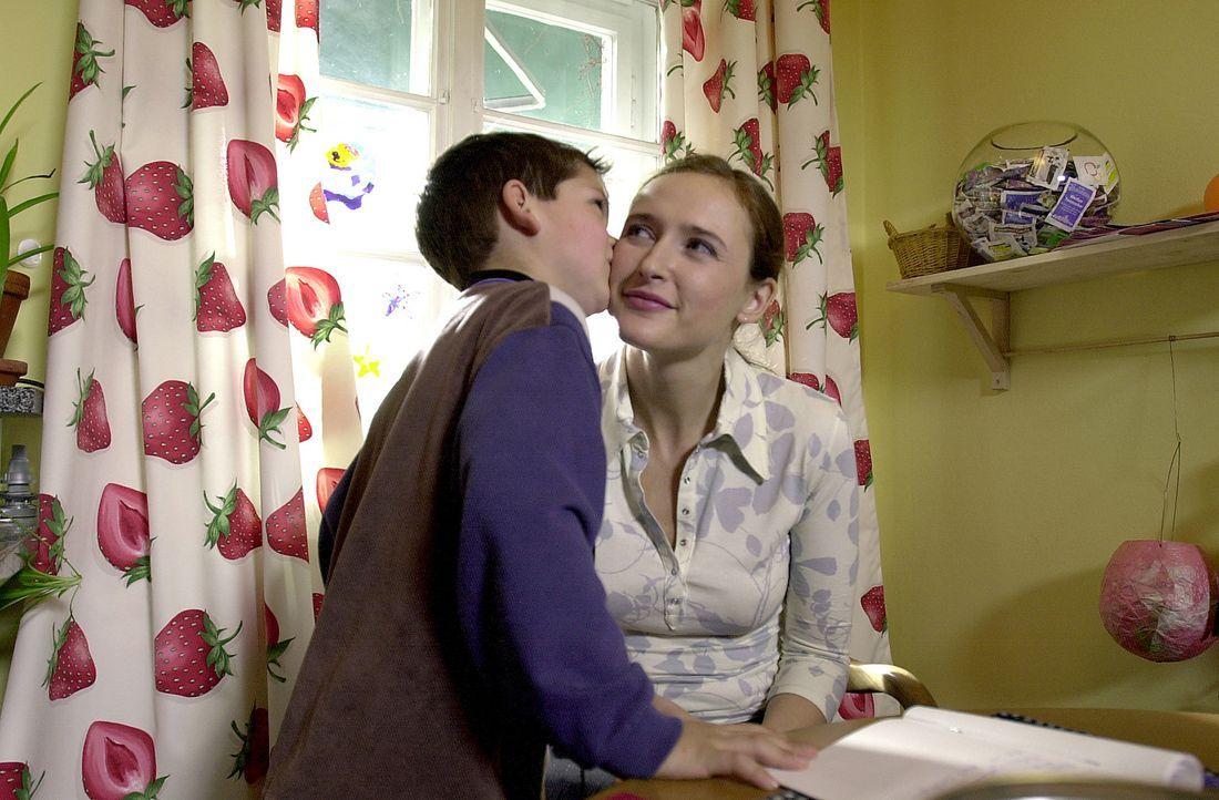 Obwohl seine geliebte Mutter (Deborah Kaufmann, r.) unermüdlich Geld heranschafft, vertraut ihr kleiner Sohn Fabian (Paul Tietz, l.) eher himmlische... - Bildquelle: Thomas Schumann/s.e.t. ProSieben