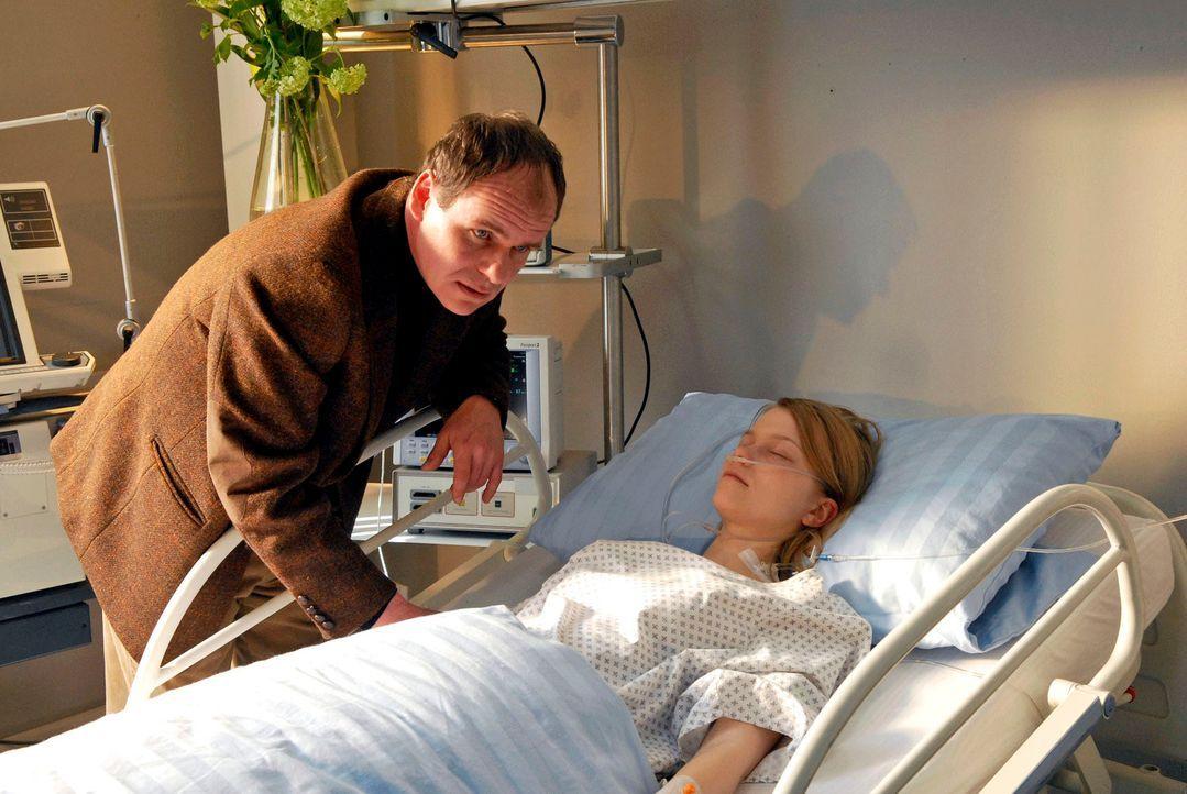 Martin Jessen (Olaf Burmeister, l.) ist schockiert, dass seine Tochter Luise (Henrike von Kuick, r.) im Koma liegt. - Bildquelle: Christoph Assmann Sat.1