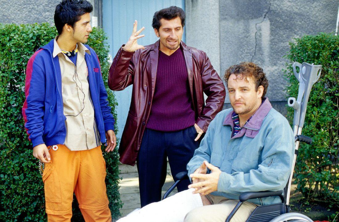 Haktan (Navid Akhavan, l.) ist fassungslos: Sein Vater Atilla (Tim Seyfi, M.) und dessen Freund Freddy (Marco Rima, r.) haben einen Geldtransporter... - Bildquelle: Ruhnau Sat.1