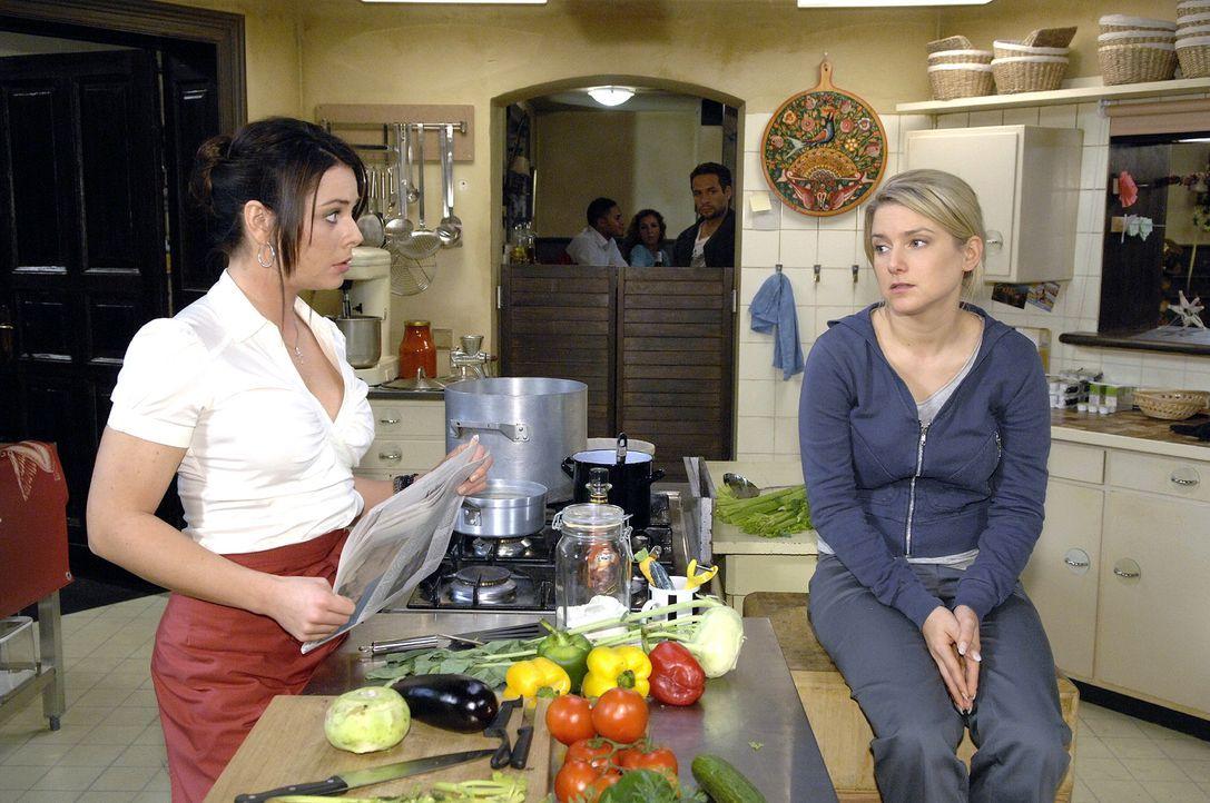 Anna (Jeanette Biedermann, r.) befürchtet gegenüber Paloma (Maja Maneiro, l.), dass sie Jannick (Mike Adler, hinten M.) mit einer unbedachten Bemerk... - Bildquelle: Claudius Pflug Sat.1