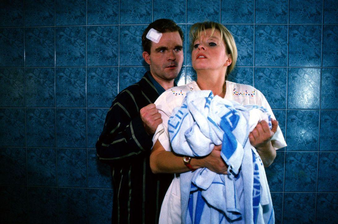 Patient Hubertus Gretsch (Hubertus Oboya, l.) entpuppt sich als psychisch gestörter Triebtäter und bedroht die schwangere Schwester Elke (Ulrike M... - Bildquelle: Noreen Flynn Sat.1