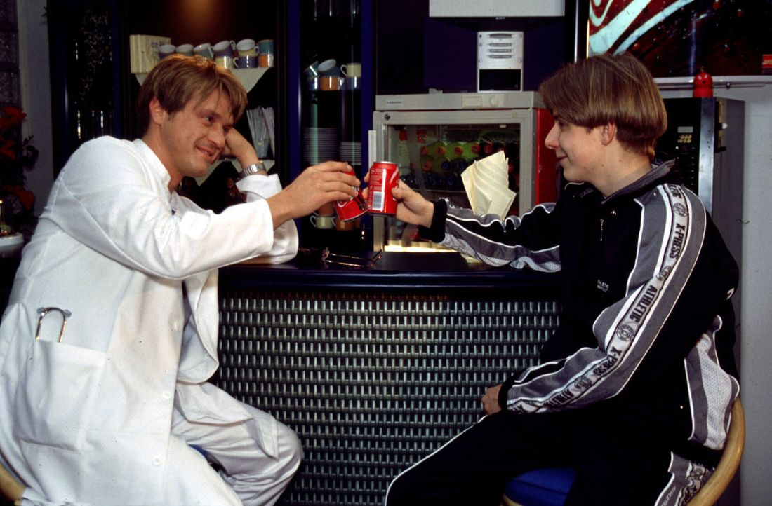 Simon (Lucas Lerch, r.) besucht Dr. Ritter (Andreas Maria Schwaiger, l.) in der Klinik und entschuldigt sich für sein unhöfliches Verhalten ... - Bildquelle: Kurby Sat.1