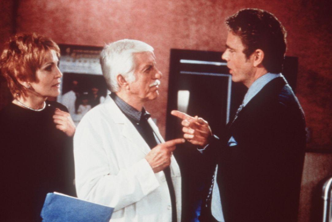 Mark (Dick Van Dyke, M.) versucht, zwischen Madison (Joanna Cassidy, l.) und Brett (John Schneider, r.) zu schlichten. - Bildquelle: Viacom