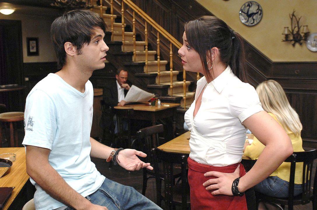 Maik (Sebastian König, l.) gibt gegenüber Paloma (Maja Maneiro, r.) vor, Angst vorm Arzt zu haben. - Bildquelle: Oliver Ziebe Sat.1