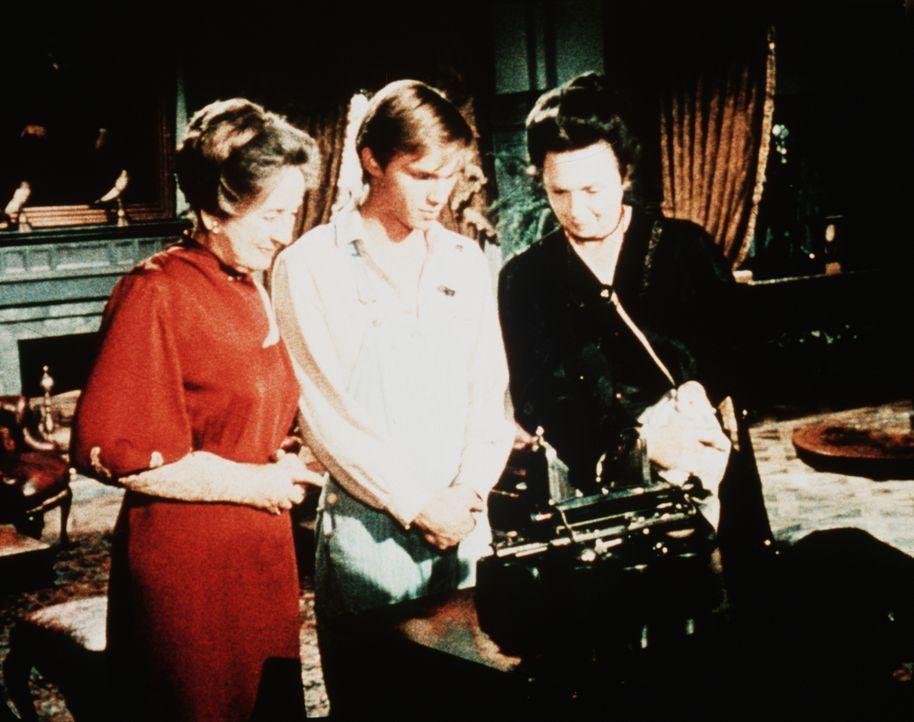 Miss Emily (Mary Jackson, r.) und Miss Mamie Baldwin (Helen Kleeb, l.) staunen mit John-Boy (Richard Thomas, M.) über die Schreibmaschine, die vom V... - Bildquelle: WARNER BROS. INTERNATIONAL TELEVISION
