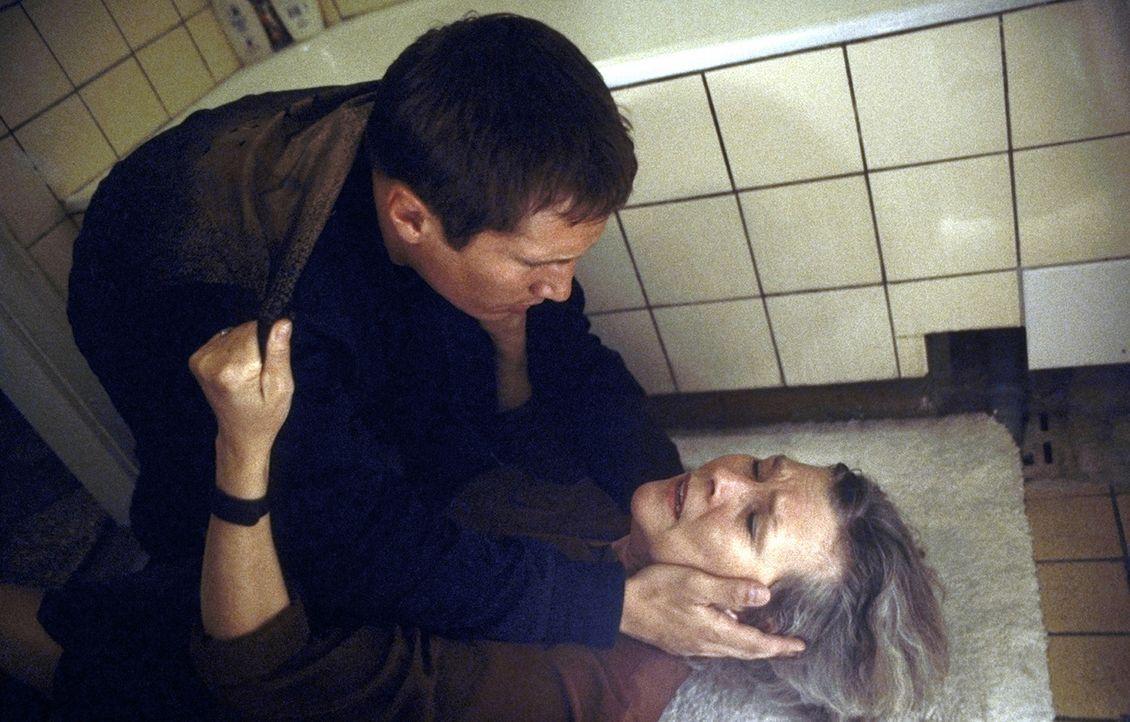 Eines Tages erhält Lars (Benno Fürmann, l.) überraschend einen verwirrenden Anruf von seiner Mutter Irene (Jutta Wachowiak, r.), zu der er kaum noch... - Bildquelle: Jeanne Degraa ProSieben