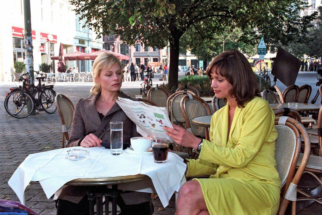 Alex (Susanna Simon, l.) ist aufgrund der Zeitungsberichte über attackierende Krähen alarmiert und bittet Freundin Dani (Nike Fuhrmann, r.) ihr zu h... - Bildquelle: Susan Skelton Sat.1