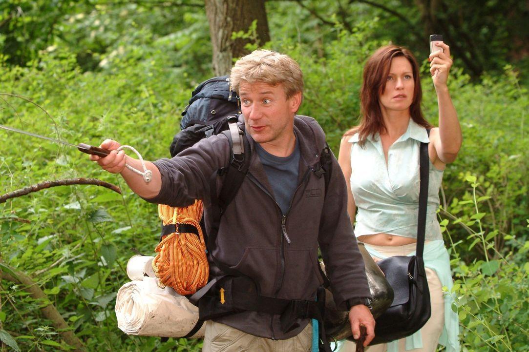 Zwei Welten prallen aufeinander: Während Tom (Jörg Schüttauf, l.) seiner Gruppe Tricks zum Überleben in der Natur beibringen will, sucht Großstadtpf... - Bildquelle: Oliver Ziebe Sat.1