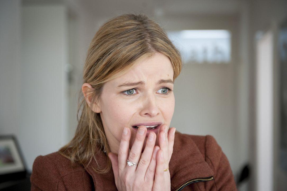 Ist schwer erschüttert: Rebecca Numbke (Mira Bartuschek) ... - Bildquelle: Martin Rottenkolber SAT.1 / Martin Rottenkolber